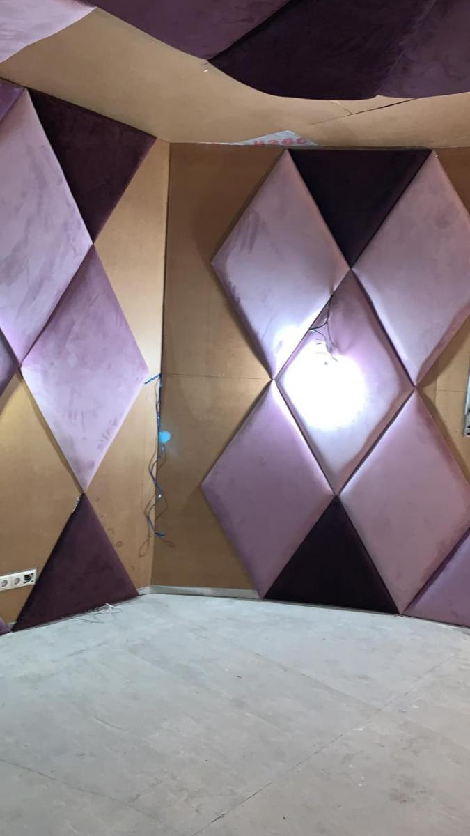 декор стен подушками